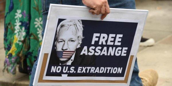 Assange e le manette alla libertà di stampa