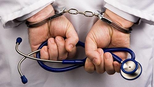Dittatura sanitaria: medico che uccide o ruba va bene, se critica i vaccini viene radiato!