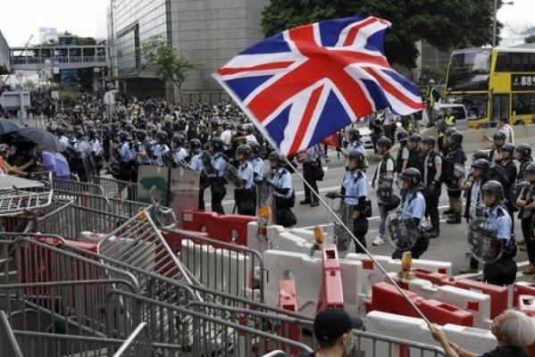 "Parigi, ""i sabati dei Gilet jaunes"", Hong Kong e i ""sabati degli ombrelli"". Vive la difference, madame Mogherini (ameremmo però capire quale)"