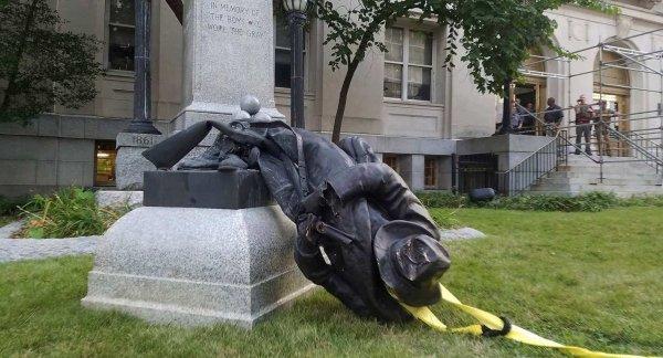 Distruggere i monumenti per delegittimare le nazioni