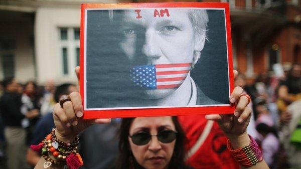 Il pluripremiato giornalista Julian Assange languisce in una prigione britannica di massima sicurezza per incarico del regime Biden