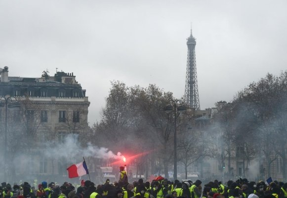 I gilet gialli assediano Parigi,  ma la rivolta può diventare europea