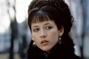 La ribellione di Sophie Marceau: leggere Tolstoj per liberarsi dalla noia del gossip