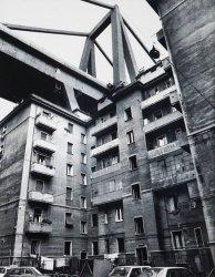 Il comportamento popolare durante i funerali delle vittime del crollo del ponte a Genova