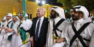 Due motivi per cui il discorso di Trump in Arabia Saudita è grottesco